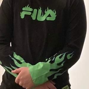 Säljer min skit snygga fila x junkyard tröja. Den är bara använd 4 gånger så den är i bra skick. Storlek xs sitter mer som en m. Köparen står för frakt