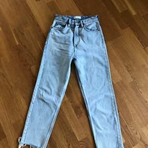 Perfekta blå jeansen med slitningar nedtill. Strl 34 men skulle säga att de passar en mindre 36a