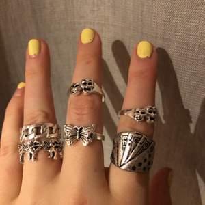 Säljer dessa coola ringar, alla för 250 eller så diskuteras pris var o för sig, kortleksringen kostar mer än de andra! Buda!☺️☺️Kan kanske sänka priset vid snabb affär!💕 Dem är aldrig använda och helt i nyskick! BARA DEN MED KEDJOR ÄR KVAR!