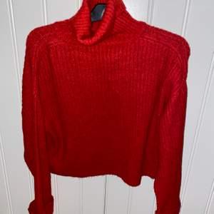 Stickad röd tröja, jätte mysigt material! Polo hals och jätte skönt nu till kylan. Jag tål intr när en tröja sticks men den hör är perfekt!!✨✨🤩skicka privat för bild med plagget på:)