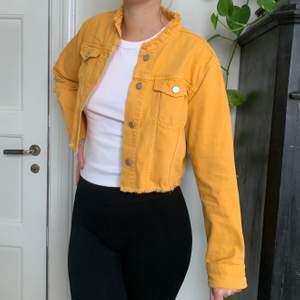 gul croppad jeansjacka från na-kod i storlek 36, fint skick