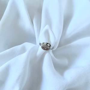 Supersöt justerbar hello Kitty ring som jag gjort själv! @tinsel.uf på instagram ✨✨