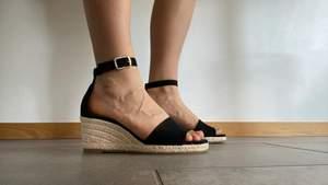 Superfina skor i stl 37 helt oanvända o sälja då de är lite stora för mig. Superfina på stranden, staden eller på lunchen. Sköna att gå i också (har gått med de hemma inomhus) köptes för 400/500kr