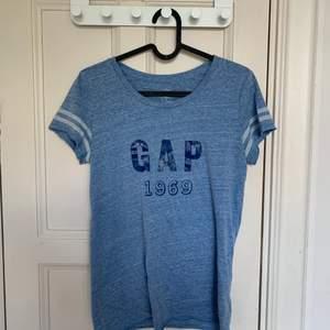 Blå GAP t-shirt. Bra skick. Stl XS. Köparen står för frakten, (40kr).