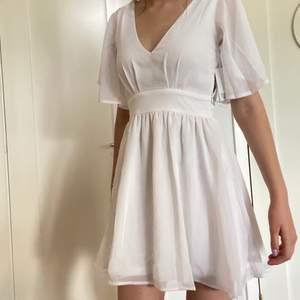 Vit klänning från Bubbleroom till student eller liknande. Helt ny med prislappen kvar. Har den i både storlek 34 och 36. Köparen står för frakten.