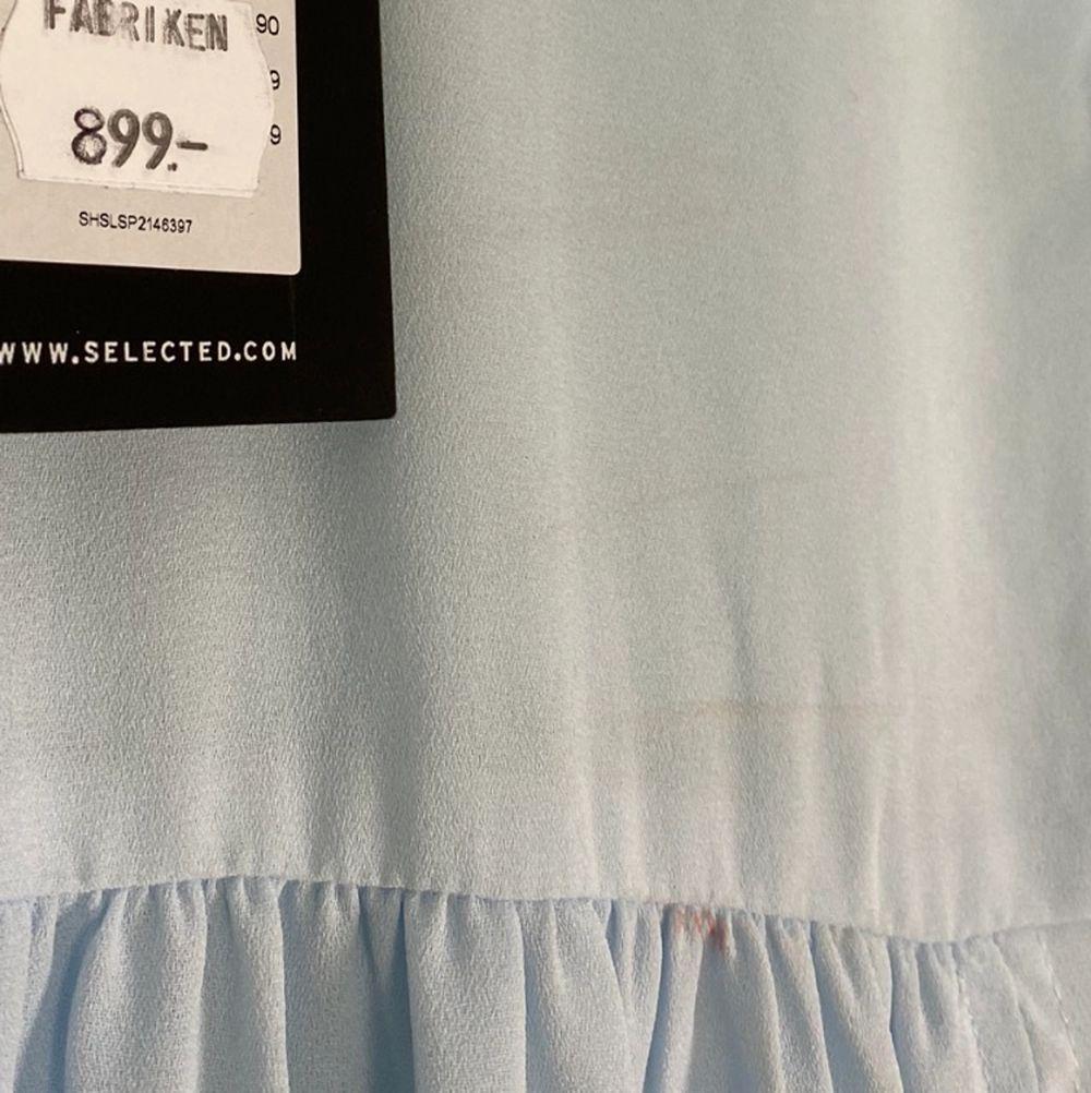 Vacker cottagecore, soft inspirerad maxi klänning i fint skick. Från märket Selected Femme, storlek XS. Prislapp finns kvar, kostade som ny 899kr. Flowy och bekväm, den perfekta sommarklänningen och formar så snyggt! En diskret dragkedja finns på ena sidan. 100% polyester. Små, knappt synliga linjer finns på bysten, se bild två. Mått finns längre ner i beskrivningen. Spårbar frakt på 66kr är inräknad i priset. Arm längd 44cm. Axel till axel 40cm. Längd (från midjebandet och ner) 105cm. . Klänningar.