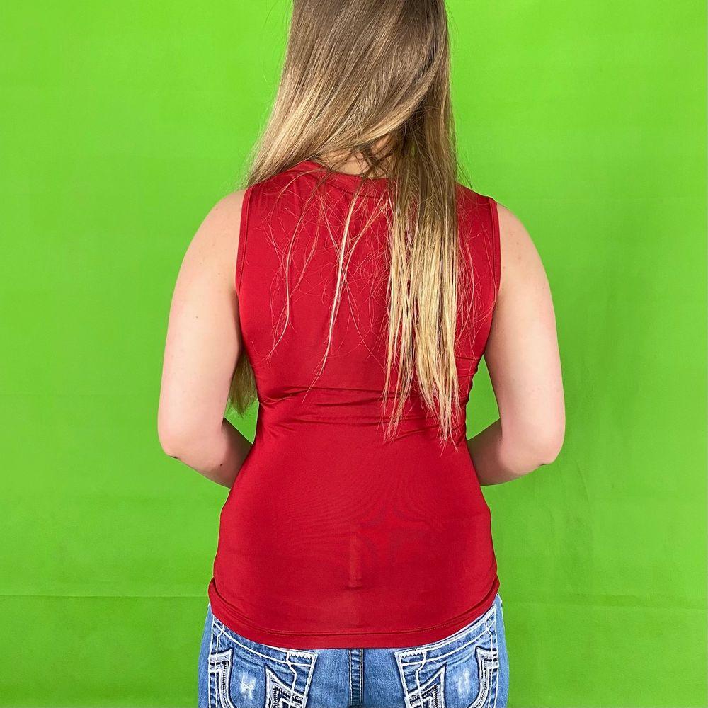 Stretchig crop top med cleavage neckline i bra skick. Från Street One, storlek eu 36. 90% polyester och 10% elastisk. Modellen använder vanligtvis storlek S och är 169cm för referens. Spårbar frakt på 66kr är inräknad i priset. Byst bredd 37.4cm. Axel och ner 59cm. Toppar.