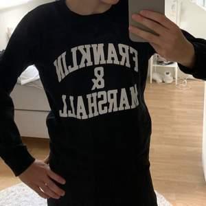 En svart sweatshirt med en vit text. Märket är Franklin & Marshall och den är i storlek 12-13 år vilket motsvarar storlek 158 ungefär. Köparen står för frakt😃