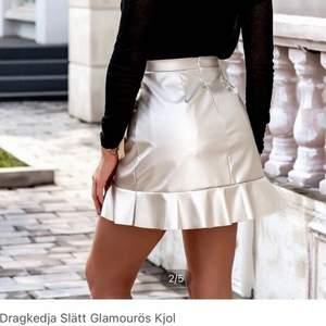 Blank kjol från SHEIN. Helt oanvänd, endast provad. Säljer då den inte passar. Strl S men passar även M. Inköpspriset var 139kr