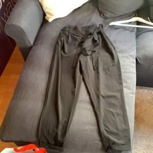 Svarta kostymbyxor med band i midjan från  pull&bear, sitter jättefint på med resår i midjan också