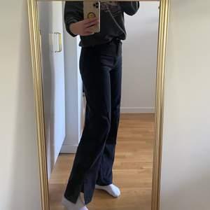 Perfekta jeans med slits från hm i en svart tvätt. De är i storlek 36 och modellen loose straight high waist. Jeansen är perfekta i längden på mig som är 167 cm men passar över kortade eftersom de har en slits som lägger sig jättesnygg över skon!! Köparen står för frakten🥰