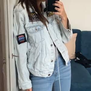 Lightwash jeansjacka i storlek XL från pull and bear. Skitsnygg, men lite sliten därav priset