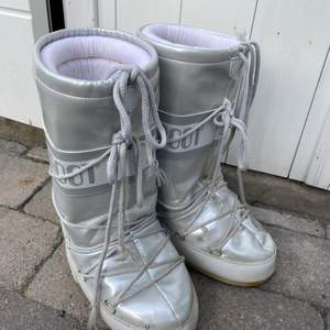 Moon boots. Water stains on the left boot, therefore they will be sold cheap.