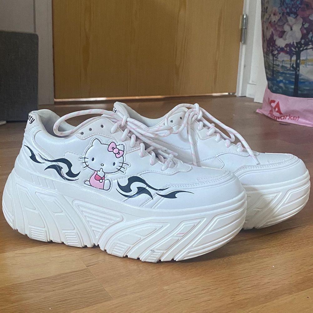 Jättefina hello Kitty platform/chunky skor i storlek 40! De är köpta på bershka och går inte att få tag på längre. Använda kanske 2 gånger och i väldigt bra skick! Skriv gärna för fler bilder/frågor:). Skor.