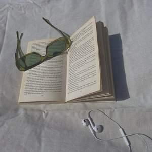 Ett par trendiga coola gröna solglasögon som kan lyfta vilken outfit som helst. Helt oanvända och kommer med en liten tygpåse och trasa att torka av solglasögonen. Jag har 4 par att ge ut så det blir först till kvarn❤️ skicka privat för fler bilder. (Sista bilden är ej min❤️)