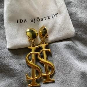Clips öronhänge ifrån Ida Sjöstedt💛🔆 använda en gång! Köparen står för frakten eller möts upp i Kalmar fram till fredag. Sedan kan ja mötas i Göteborg