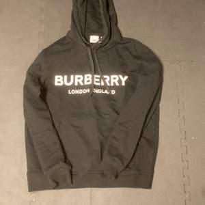 """Säljer min helt oanvända burrbery hoodie, med lapp och äkhets sertifikat, säljer tröjan då den är lite för stor, den passar både M men även S som lite """"over size"""". Tröjan är ca 3månader gammal och endast använd 2 gånger. Tröjan passar både herr och dam men går som herr modell. Bud börjar på 1500 men kan köpas direkt för 2000kr"""