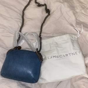 Säljer min helt nya stella mc väska, plasten är till och med kvar på kjedjan, storlek mini. Dustbag medföljer. Ny pris på väskan är 4400kr, kom med bud privat till mig