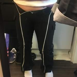 Jag säljer dessa byxor som jag köpte för 400:- på en butik i Barcelona om jag inte minns helt fel! Jag har dessvärre inte använt dem så mycket för att dem sitter för tajt för mig, som ni kan se! Jag är i storlek m så skulle därför säga att dem passar mer xs-s. Alla dragkedjor på byxorna kan man dra ner och upp med, skit coolt! Jag är 159cm lång. Vill flera ha byxorna kör jag budgivning. Man står själv för frakten!!