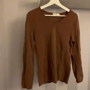 Så fin brun Kashmir tröja i 100% Kashmir , så mjuk och sjukt bra kvalite skick 10/10 , köparen står för frakt på 66kr❤️