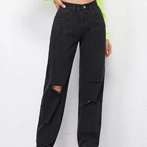 Straight jeans från shein, aldrig använda då de inte va min stil.  Inga fläckar eller liknande, vet inte exakt vad frakten blir men ca 65 kr