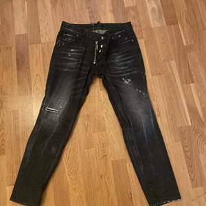 Ett par dsquared jeans som är köpta från deras egna hemsida. Byxorna är använda en gång och är som nya. Köpta för 3600