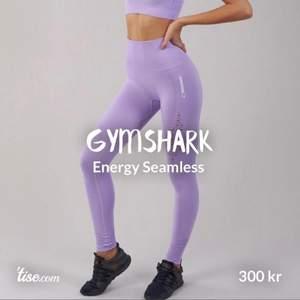 Gymshark energy seamless leggings  Sparsamt använda, som nya. Storlek S Lila (Obs: trosan är bortklippt)    Priset inkluderar INTE Frakt om de ska skickas.  Kan överlämnas i Malmö området. Se gärna över andra annonser jag har! Betalning sker med Swish innan jag postar varan.   #gymshark#leggings