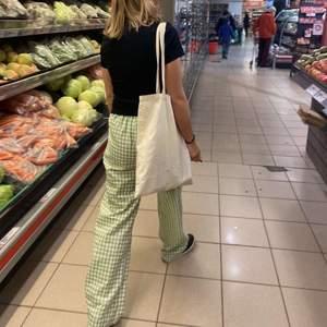 Intressekoll på mina favorit rutiga gröna byxor som köptes här på plick men får inte användning för dem som jag vill🥺🥺💗säljer endast vid bra bud och köparen står för frakten💗BUD ÄR BINDANDE. KÖP DIREKT FÖR 450kr + frakt