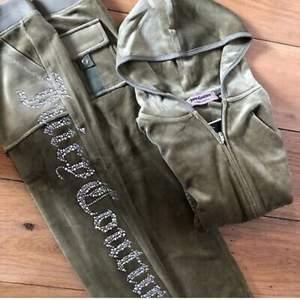Ny tracksuit från Juicy couture i velour,endast testad! Storlek M men skulle säga den passar XS-S, säljs pågrund av att den var för liten, Gratis frakt!💓