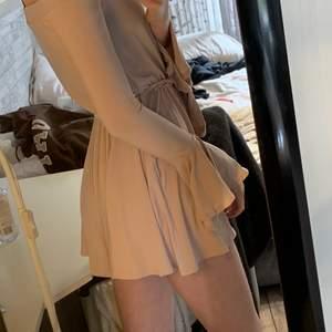så fin och bekväm klänning! den har shorts istället för kjol, men det ser ut som en kjol🥰 använd en endaste gång på ett bröllop❤️