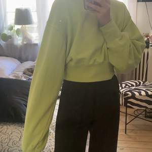 Säljer min superfina limegröna tröja, som är lite kortare i typen, jag är 153 cm. Använd cirka två gånger. Storlek S men passar XS🤍