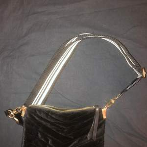 jättefin väska som knappt är använd med justerbart band, 100kr +frakt