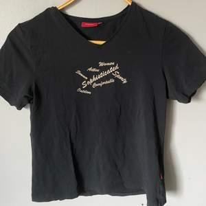 asfin svart t-shirt med glittriga tryck