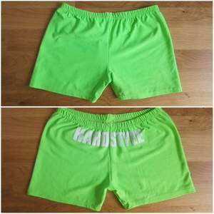 Limegröna/neongröna hardstyle shorts storlek M. Väldigt stretchigt material så skulle säga att de passa S-M (dock står der M/L på etiketten). Trycket