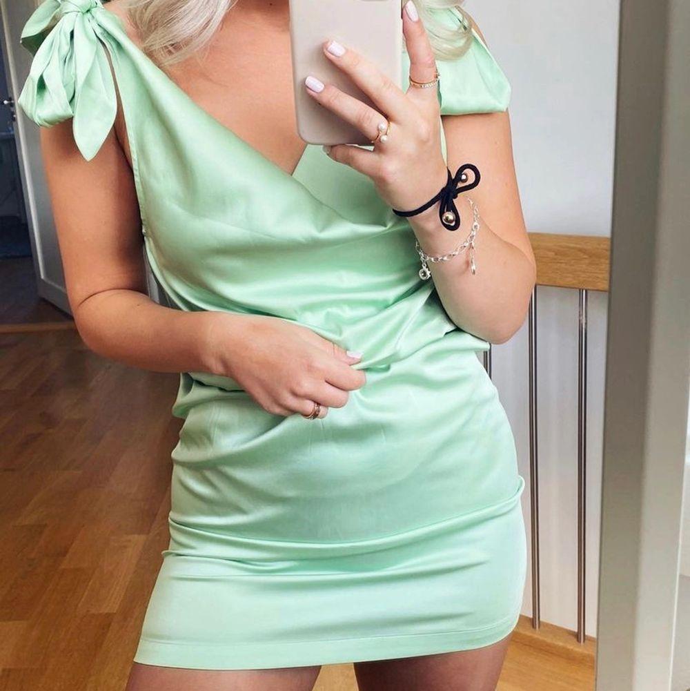 Jättefin grön pastel klänning. Bara använd en gång så i fint skick🤍. Klänningar.