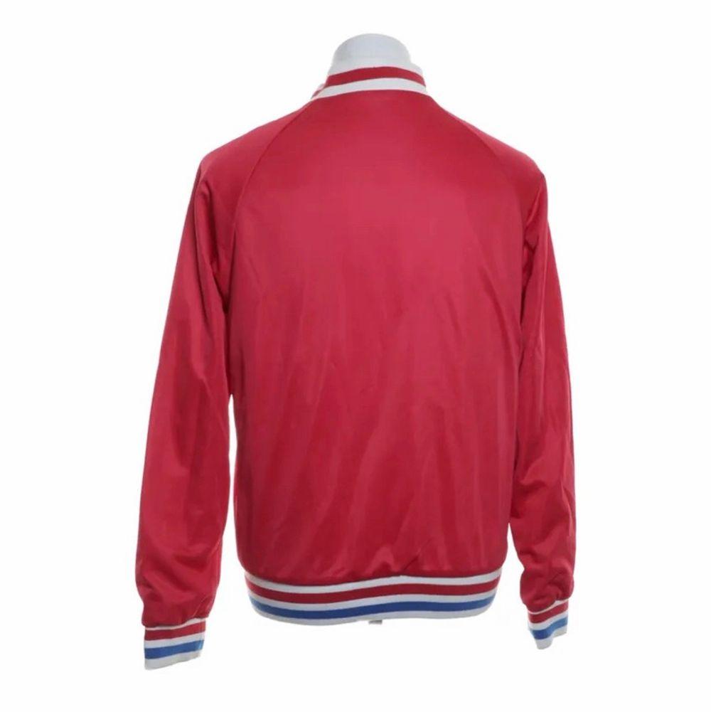 Röd baseballjacka från Zara som är i toppen bra skicka men som jag inte fått lika mycket användning av som jag tror att någon annan kan få. Sitter oversize men beror ju självklart på. Lågt pris från början men går självklart att diskutera. Jackor.