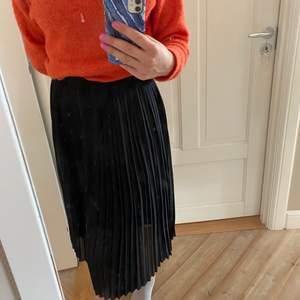 Snygg plisserad kjol från Neo Noir! 🌸 Aldrig använd, köparen står för frakt ❤️