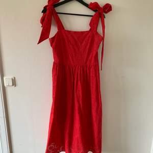 Jättefin klarröd klänning i broderie anglaise, använd vid ett fåtal tillfällen. Helbroderad med foder i samma färg.                                                                                    Frakt tillkommer 🌸