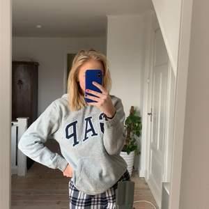 Jättefin gap hoodie. Köpt för några år sedan men kommer inte till användning. Inga slitningar. Barnstorlek 14-16 men passar mig som har Xs-S. Köparen står för frakt på 66kr💗
