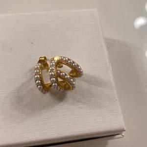 Örhängen från SAFIRA i guld med vita pärlor. Knappt använda & är i nyskick. Säljer för 130kr inklusive frakt. Nypris ca 349kr