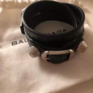 Säljer mitt fina armband från balenciaga! Säljs inte längre, superfint o i bra skick förutom lite förlorad färg på nitarna men inget mycket som syns 💕 kartongen är tyvärr borttappad från flytt men har dustbag kvar