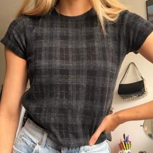 supersöt rutig t-shirt i ett tjockare material från brandy melville!!💘 kommer tyvärr inte till användning😢😢😢