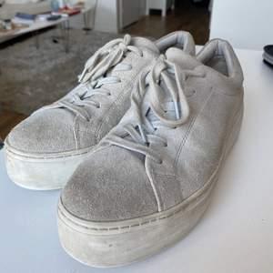 Super snygga mocka skor från Rizzo. En ljusgrå färg med en högsula. Används varsamt, men har dessvärre en sprucken kant på en skon.