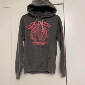Snygg grå hoodie med rosa text. Använd 2 ggr. Storlek S. 180kr + frakt.