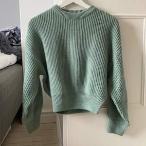 Blågrön stickad tröja, lite tightare längst ner, jättefin och i bra skick, frakt ingår ej