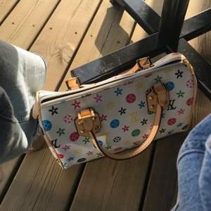 Lite större handväska med likande loggor av lv, fint skick! Väldigt gullig! Frakten ingår🤑