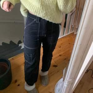Säljer dessa sjukt snygga byxor med vita kontraster, liknade snickarbyxor :) Dammar av sig ganska lätt men annars är dem i perfekt skick !säljaren står för frakten!