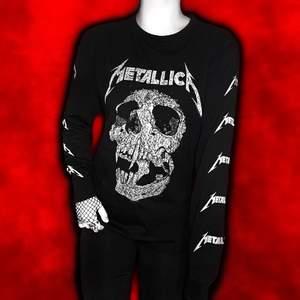 """""""𝑬𝒕𝒆𝒓𝒏𝒂𝒍 𝒎𝒂𝒅𝒏𝒆𝒔𝒔."""" Edgy oversized Metallica longsleeve 💀⚡️ Ser straight up killer ut med ett par slitna svarta jeans och chunky kedjor ⛓✝️ Tillfällig kollektion från H&M 2019 och nu slutsåld! 🌙 Världens mysigaste material och en garanterad soon-to-be favorit in din trashy punk garderob!!! 🔫 Frakt tillkommer på 48kr 💌"""