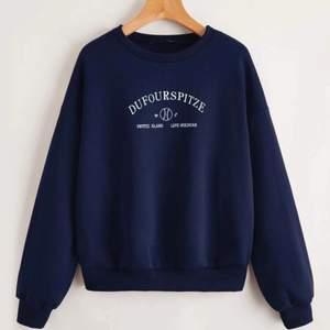 Jag säljer en marinblå tröja, i storlek L men känns dock mer som M/S i storleken. Säljer den pgr av att jag inte använder den! Den är lite knopprig på slutet av armarna men inget man märker!⚡️Buda i kommentarerna!⚡️ Frakt betalar köparen