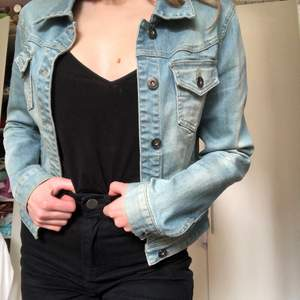 Lite kortare jeansjacka i så mjukt material. Sitter så snyggt till högmidjade byxor. Säljes då jag har en annan jeansjacka. Skriv för mer bilder!
